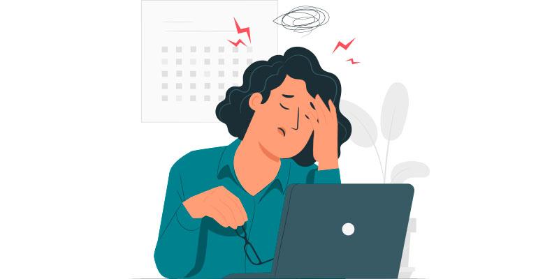 mulher cansada por não ter um software de gestão medica no seu consultório