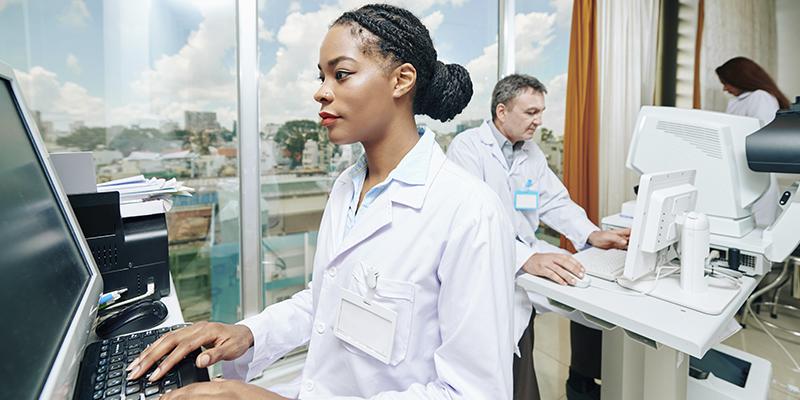 equipe médica trabalhando atendimento preferencial